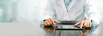 Bettenmanagement im Krankenhaus: Arzt mit Laptop